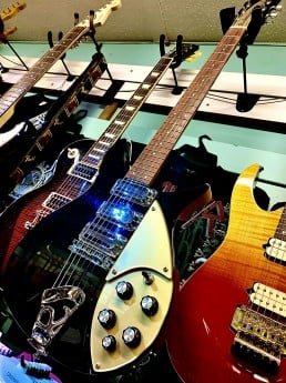 Rickenbacker 350 V63 Jetglo 1993 made in the USA with hard case per-loved